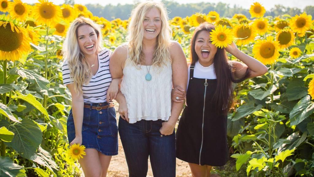 három nő napraforgókkal