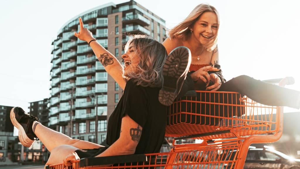 két boldog nő mókázik