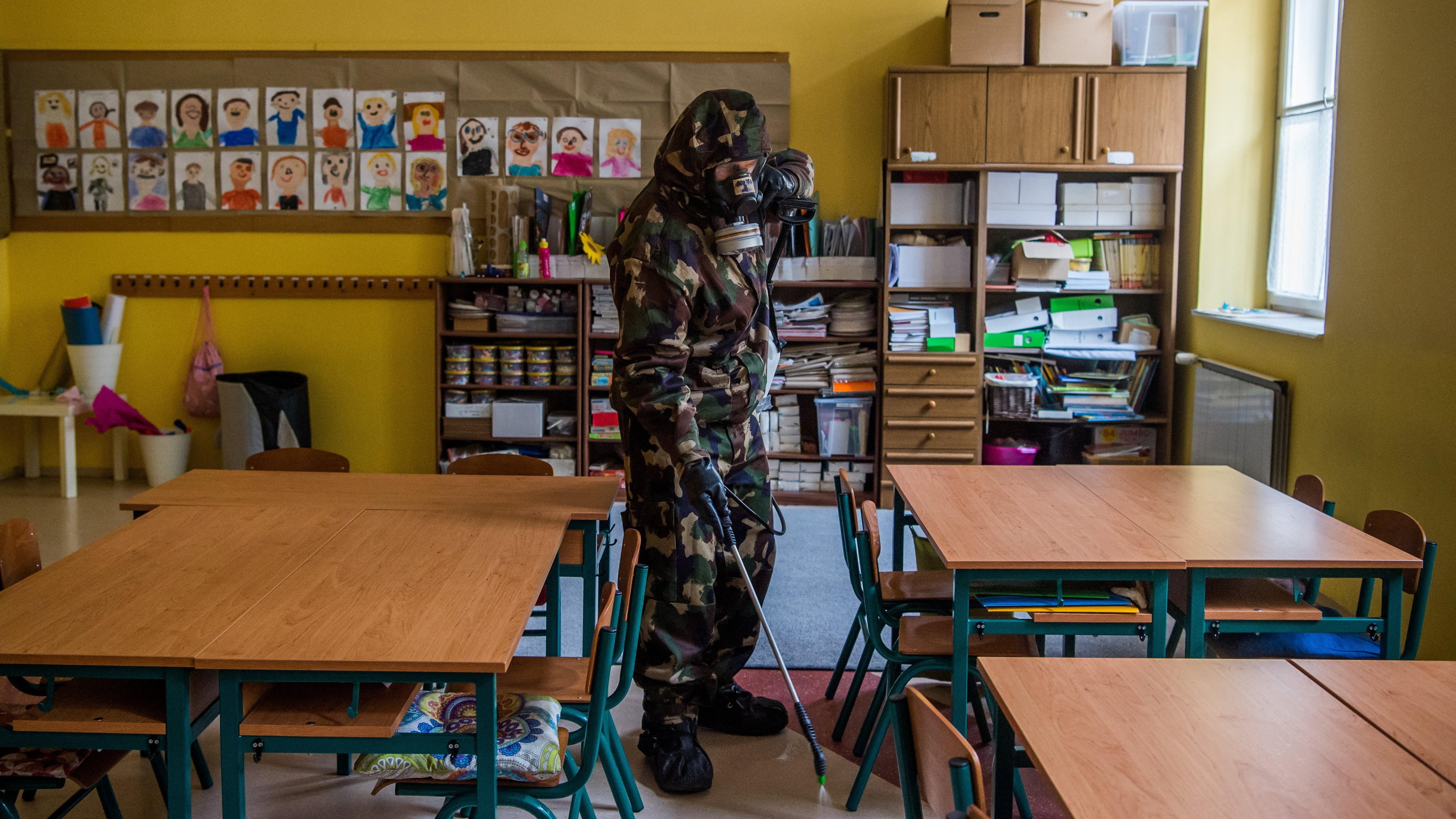 A koronavírus-járvány elleni védekezés részeként fertőtlenítést végez a Magyar Honvédség 93. Petőfi Sándor Vegyivédelmi Zászlóaljának katonája.