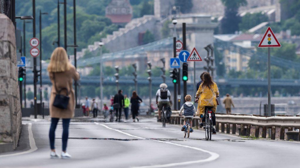 Kerékpárosok és gyalogosok közlekednek a gépjárműforgalom elől a hétvégére lezárt pesti alsó rakparton 2020. május 16-án.