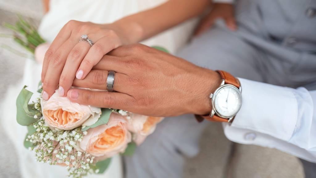 menyasszony vőlegény kezek jegygyűrűvel