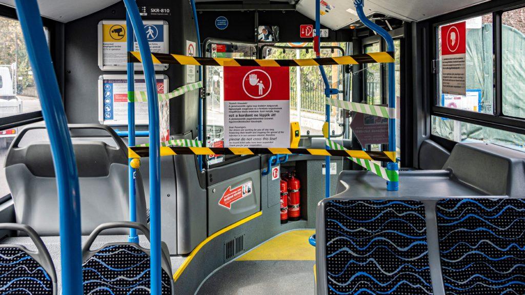 Felirat és kordon a BKK egyik autóbuszán.
