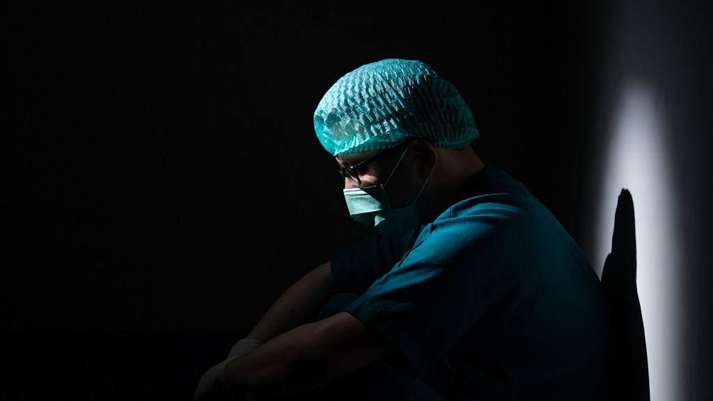 Akár több tízezer forinttal is csökkenhetett az egészségügyi szakdolgozók bére