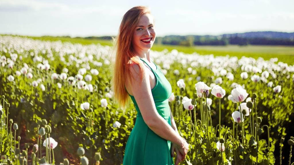 boldog nő virágmezőn