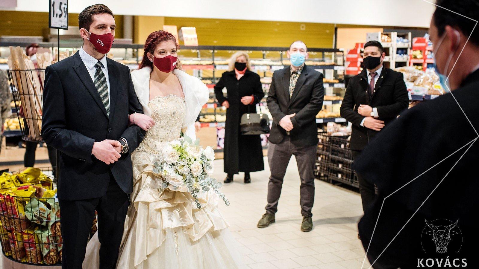 Elegük lett a korlátozásokból, összeházasodtak egy bevásárlóközpontban