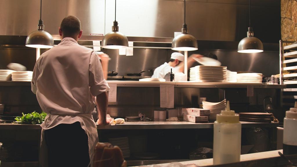 Iparkamara: Az oltottak mehessenek éttermekbe