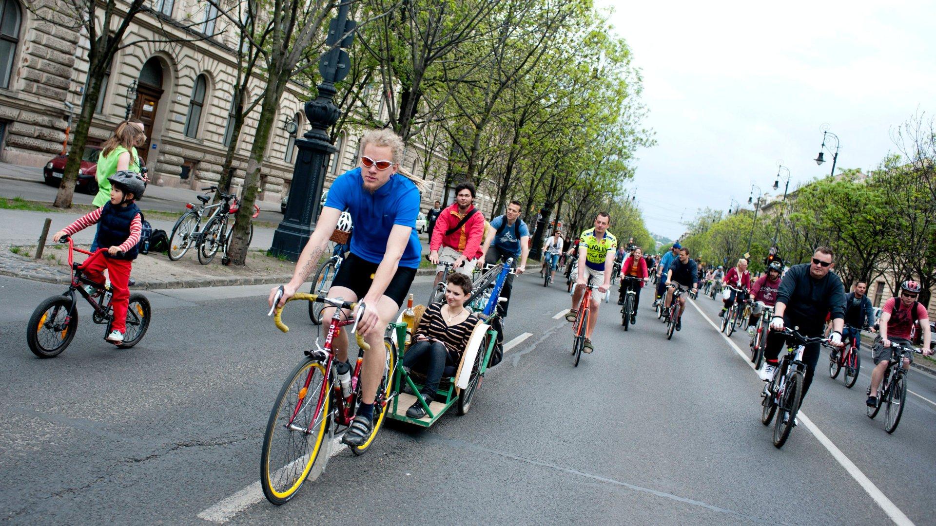 Andrássy úton biciklizők