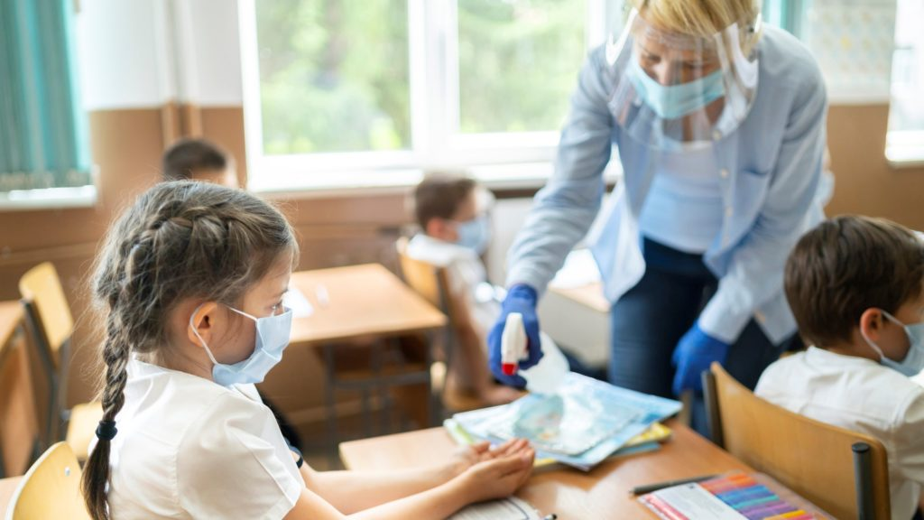 Gyerekek az iskolában Covid idején