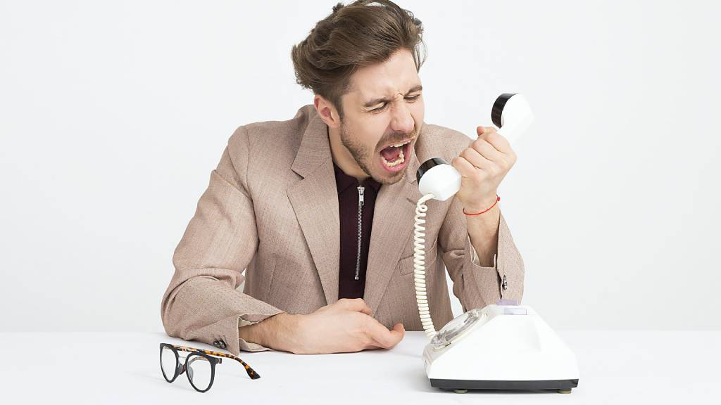 férfi telefonba kiabál