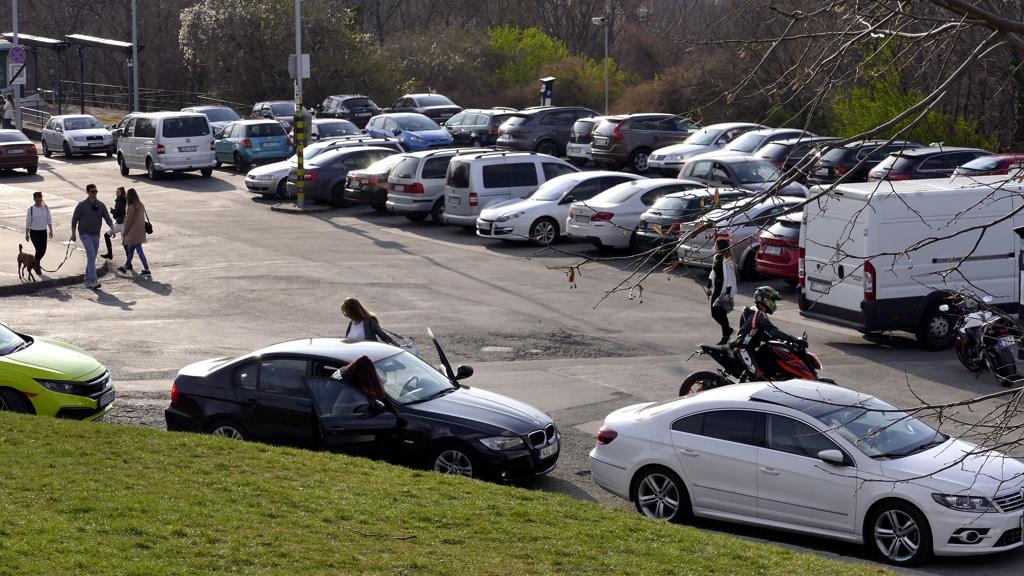 Meddig parkolhatnak ingyen az autósok?