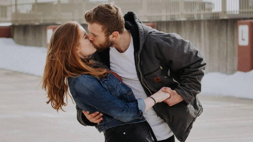 csókolózó szerelmespár