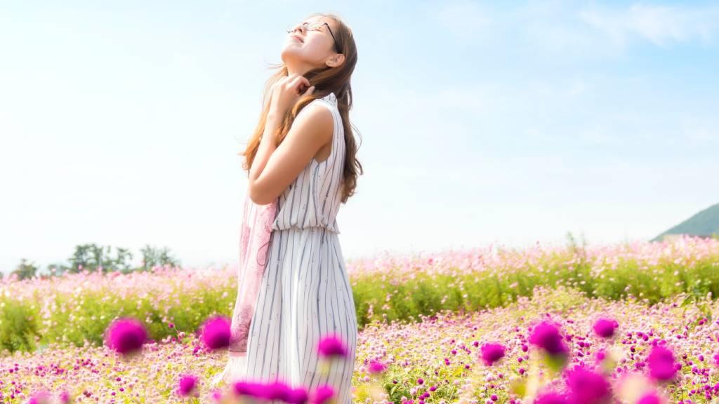 boldog nő mezőn