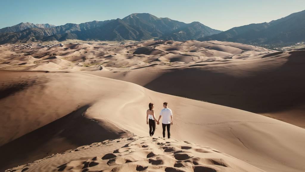 sivatagban sétáló pár