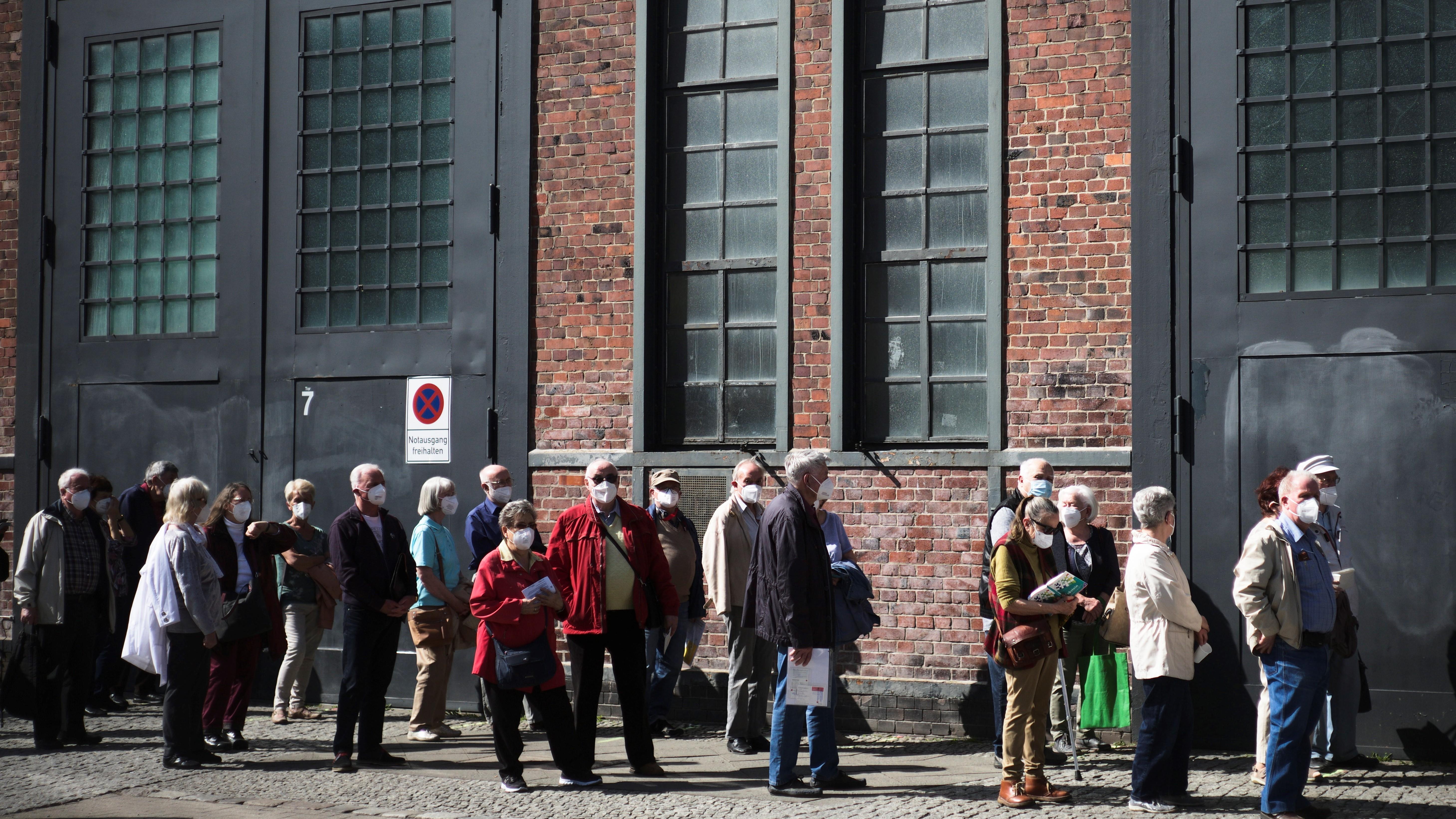 Koronavírus elleni oltásra várakoznak emberek a berlini Treptow Aréna előtt 2021. március 31-én.