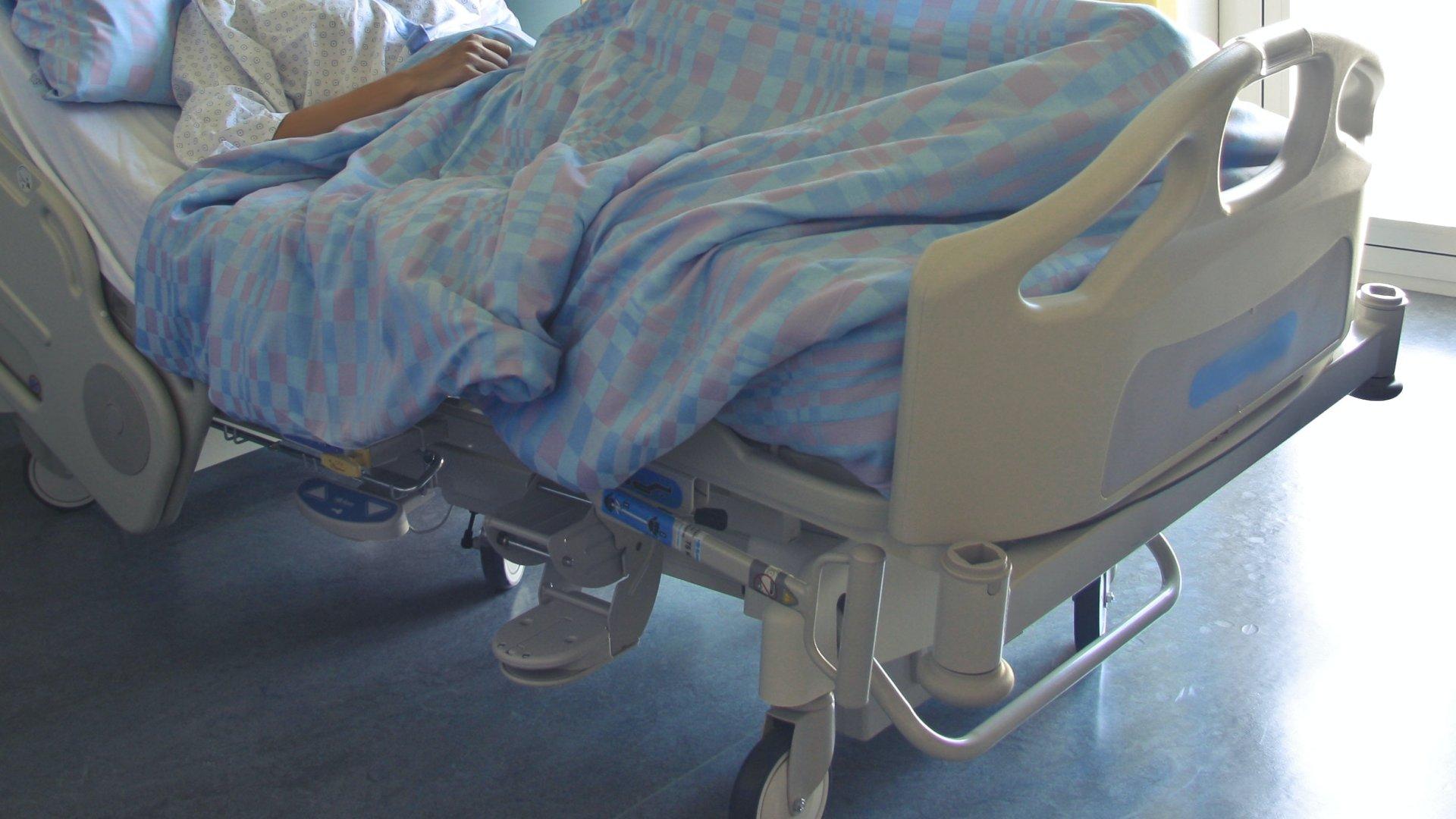 Kórházi ágy egy kórteremben