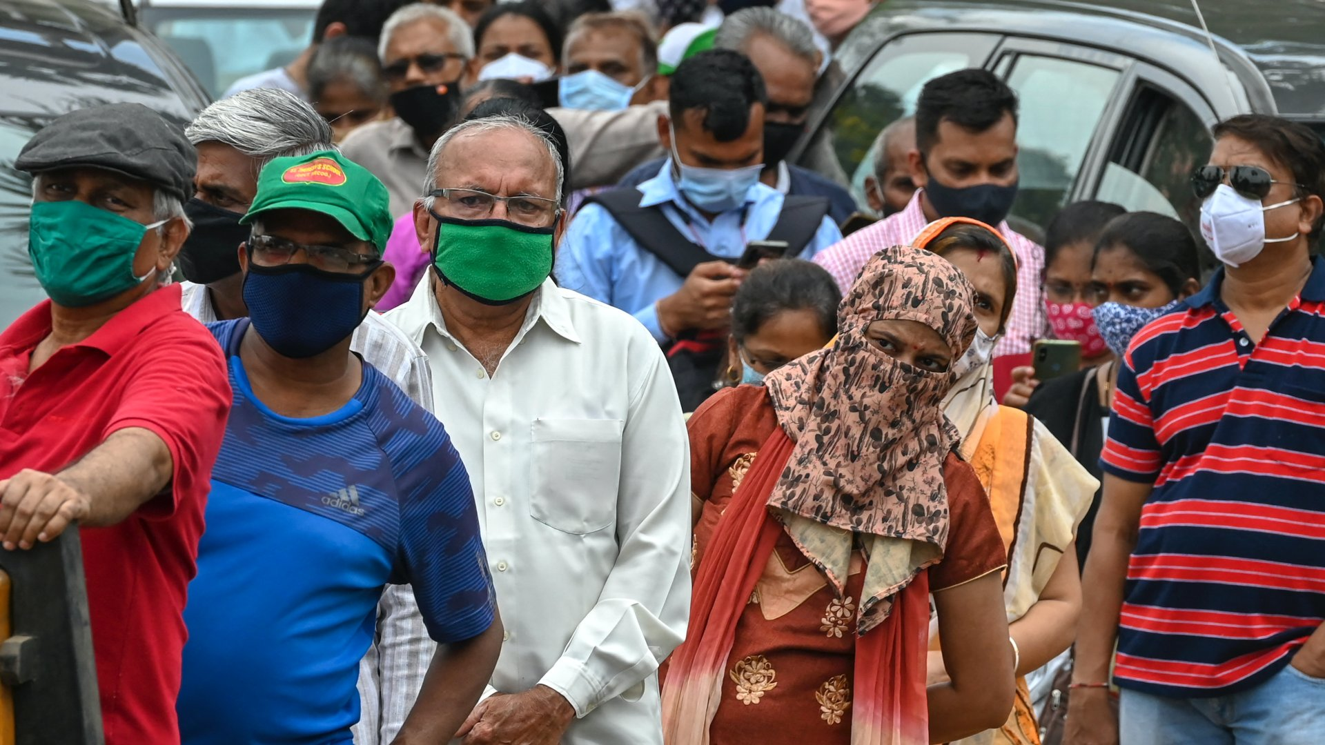 Koronavírus-vakcinára várók Indiában