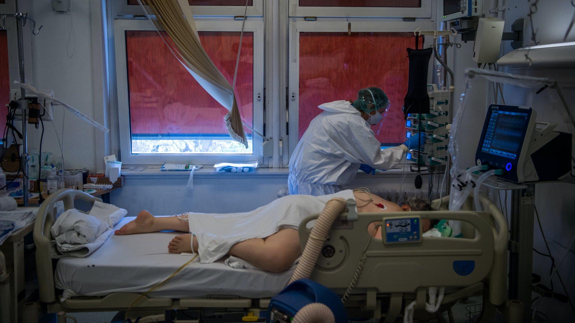 Lélegeztetőgépre kötött koronavírusos beteg