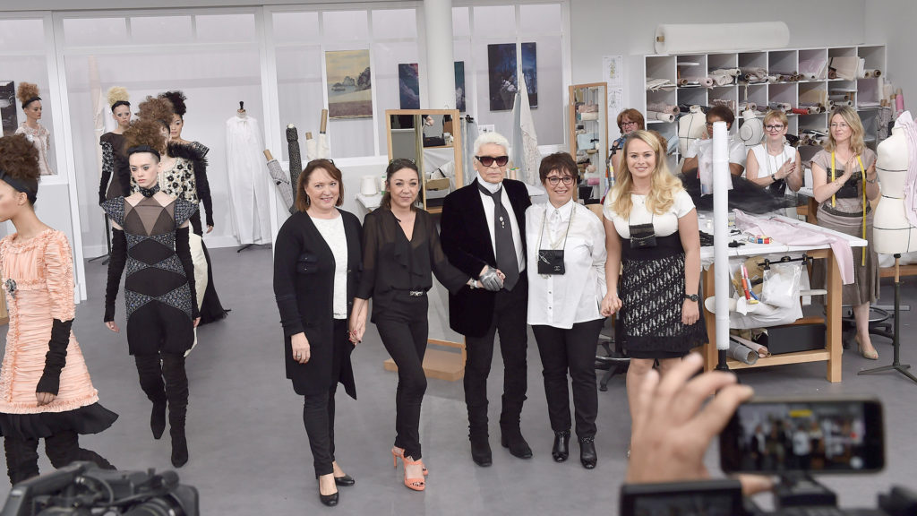 Karl Lagerfeld és a Chanel műhelyek vezetői, Mmes. Cécile, Jacqueline, Olivia és Josette, a Chanel 2016-os őszi haute couture bemutatóján.