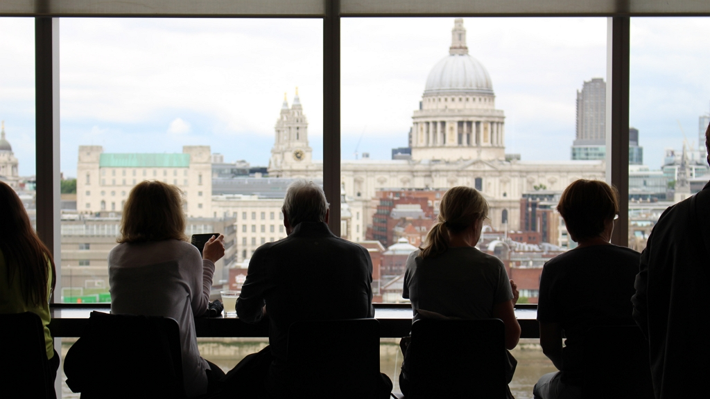Rendkívül alacsony halálozási adatok mellett nyitnak a vendéglátóhelyek és a boltok Angliában