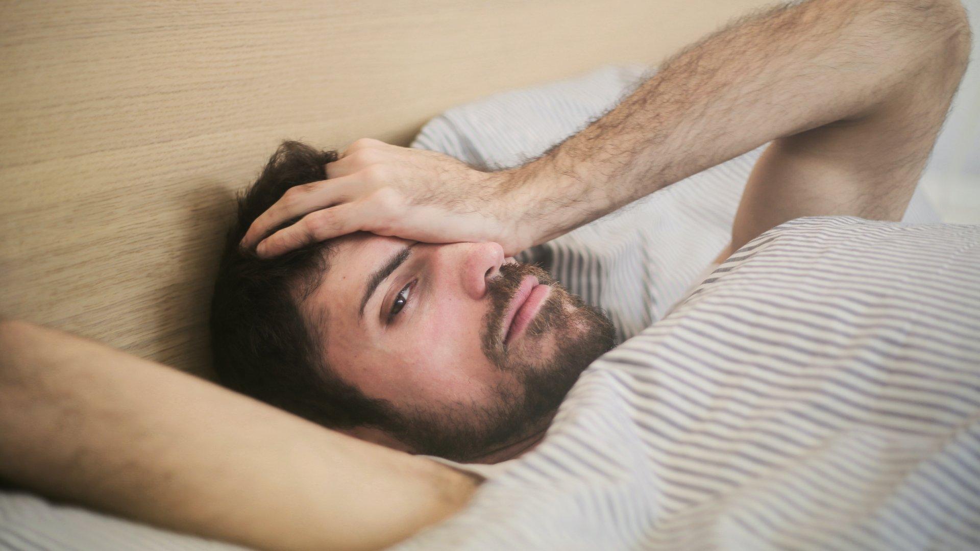 Másnapos férfi az ágyban