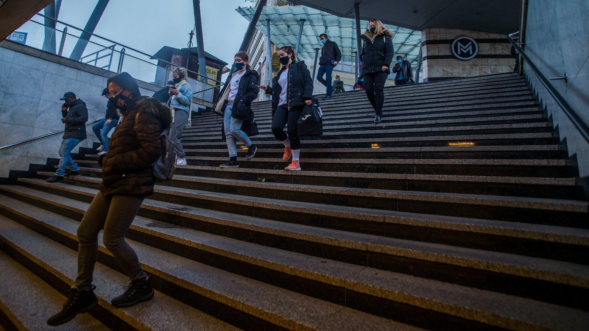 Maszkot viselő járókelők Budapesten