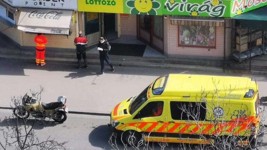 Házmesterország: valaki feljelentette a mentőst, aki megállt ebédelni