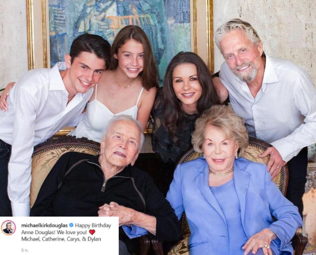 Michael Douglas egy régi közös képpel köszöntötte fel a mostohaanyját a születésnapján