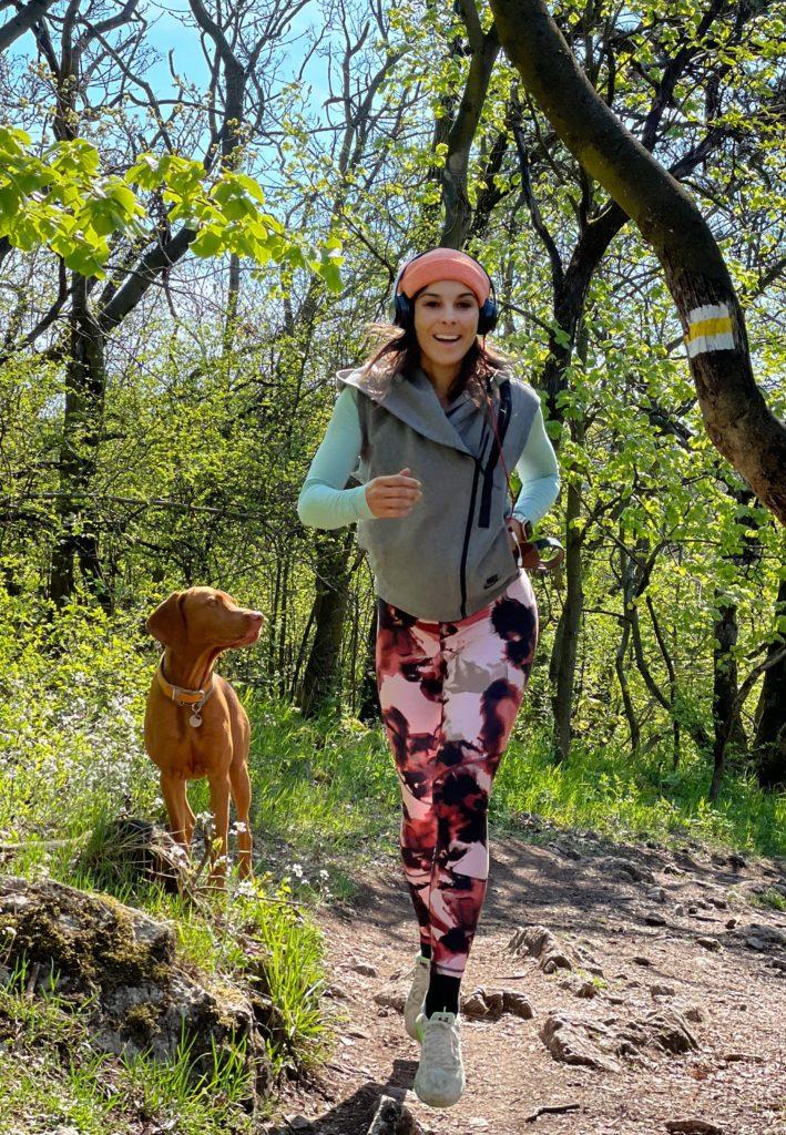 Molnár Andi a kutyusával fut az erdőben (Fotó: Molnár Andi)