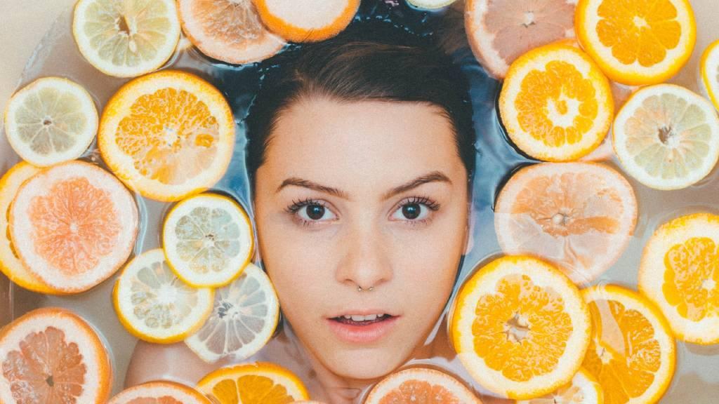 nő kádban citrusok közt
