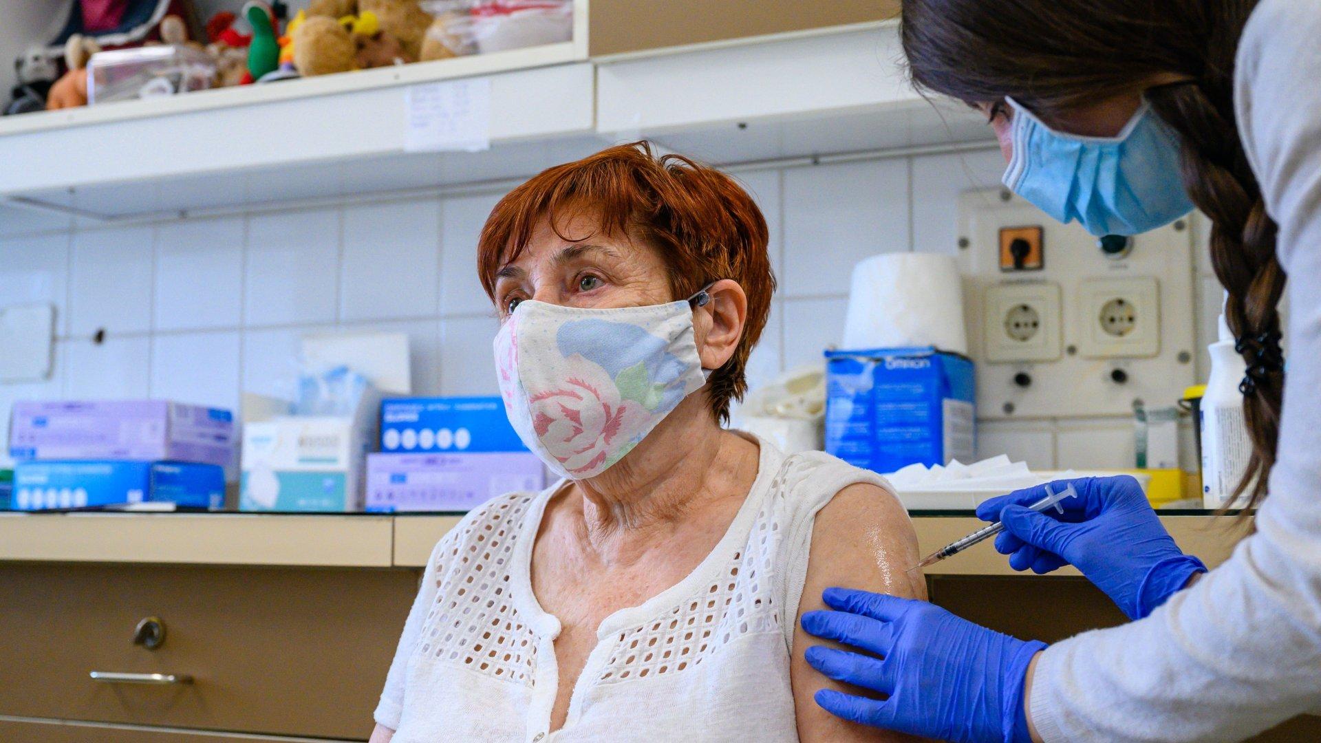 Koronavírus-vakcinával oltanak egy nőt