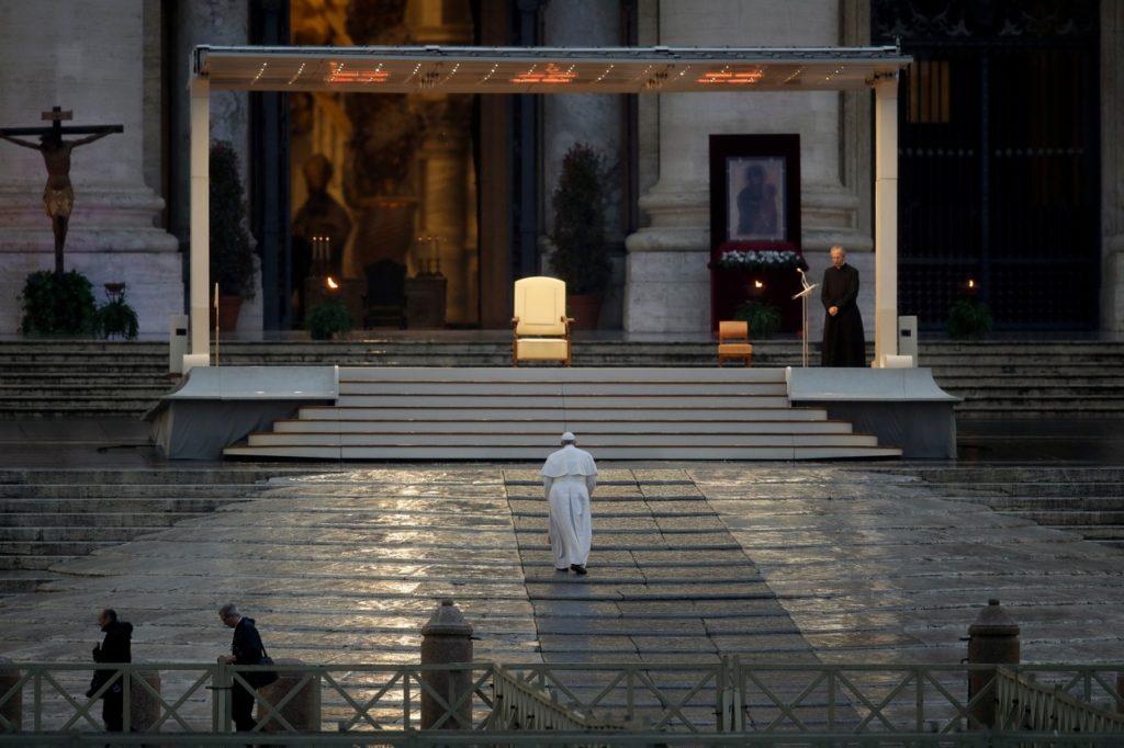 Ferenc pápa az üres Szent Péter téren