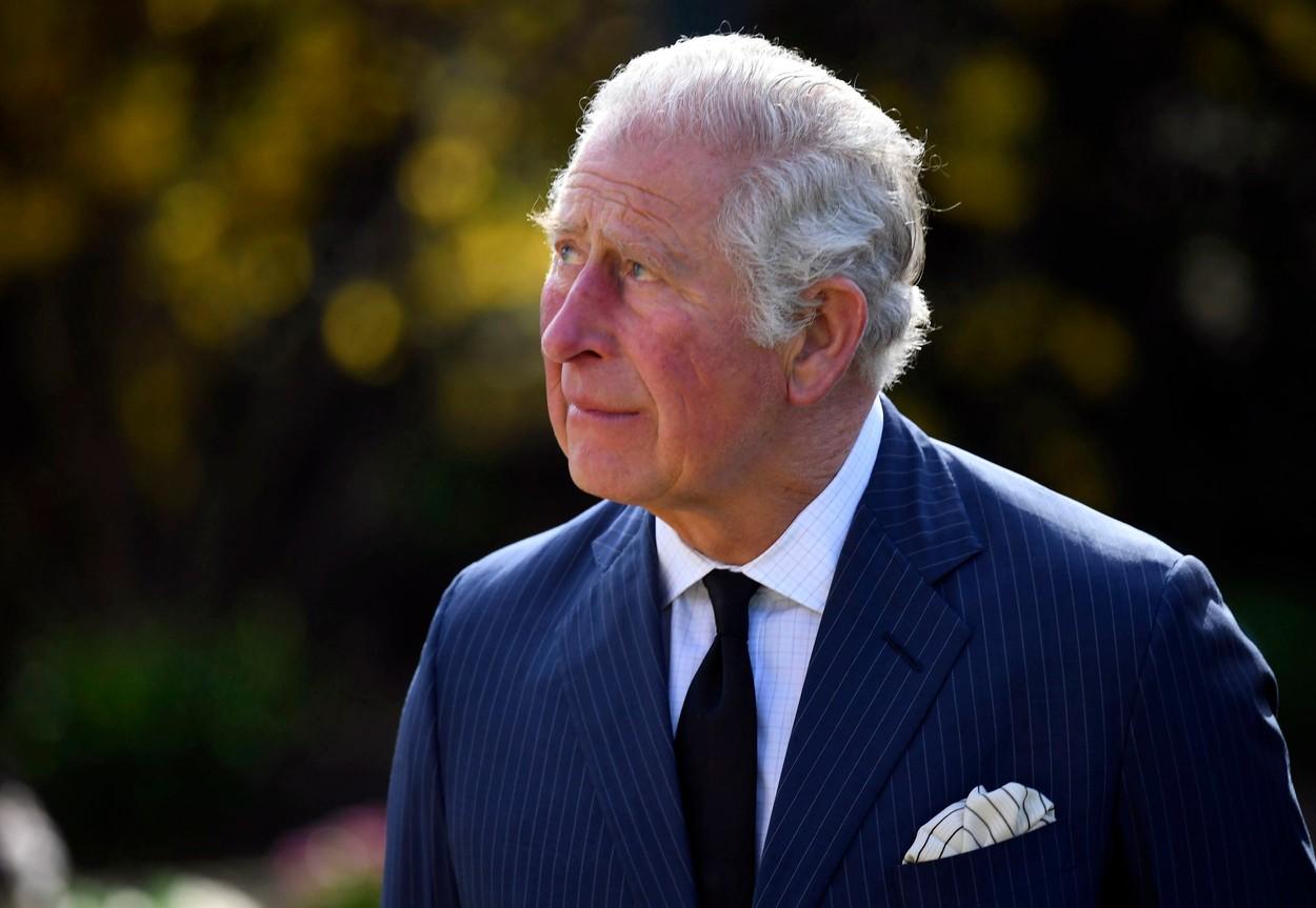 Károly herceg sírt apja halála után