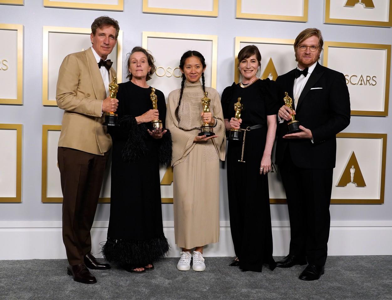 Balról Peter Spears, Frances McDormand, Chloe Zhao, Mollye Asher és Dan Janvey, A nomádok földje producerei. Credit line: Profimedia