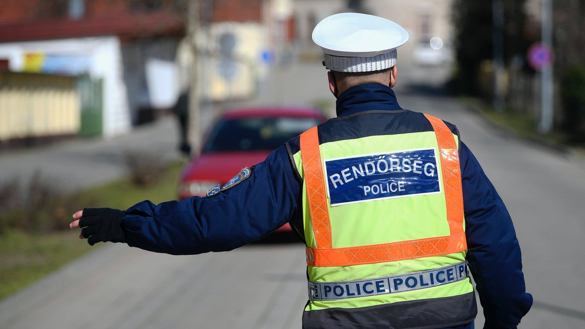 Közúti ellenőrzésen egy rendőr