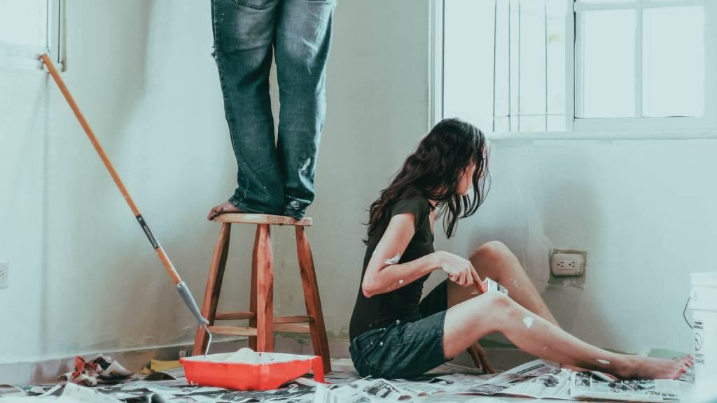 lakást festő nő