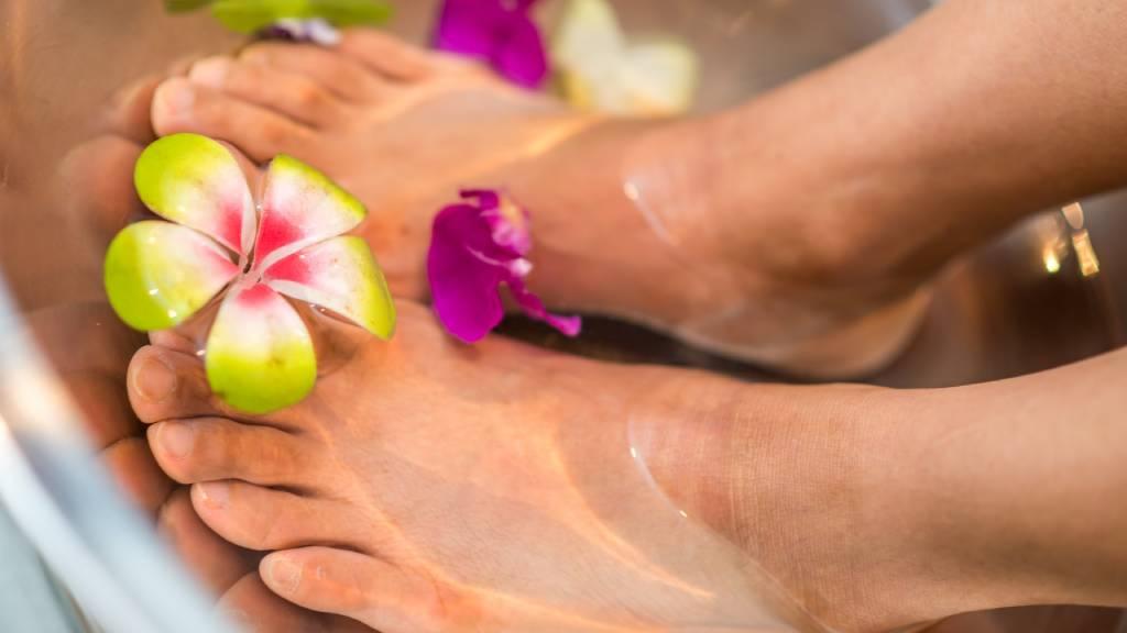 lábfürdő virágokkal