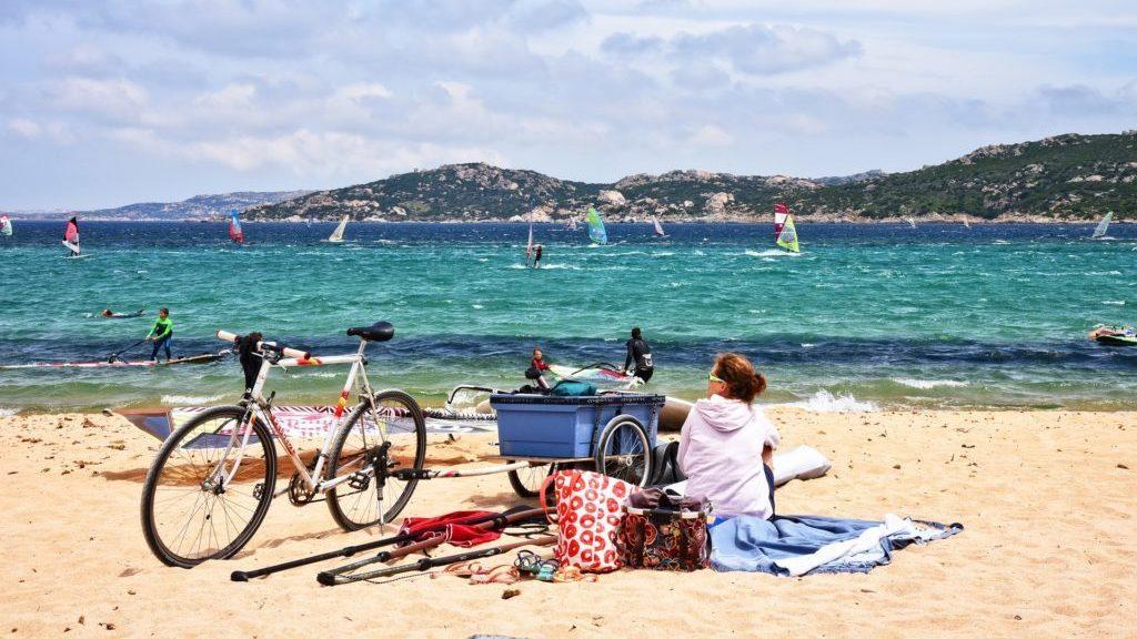 tengerpart biciklissel szörfösökkel