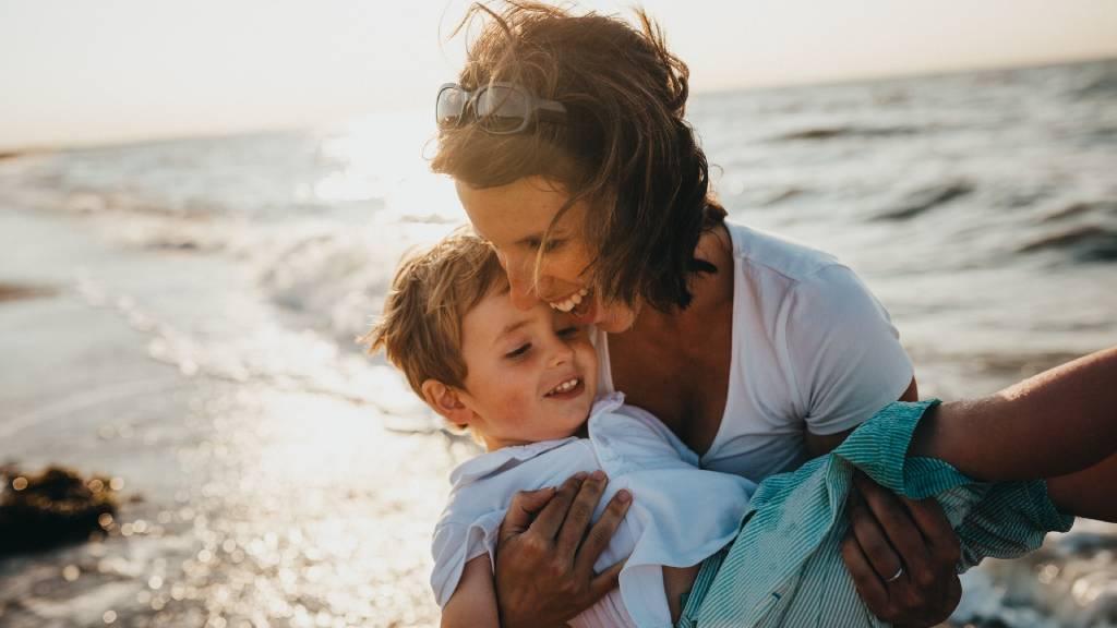 anya kisfiával tengerparton