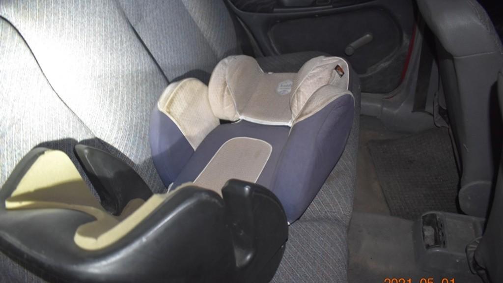 Gyerekülés az elkötött kocsiban (fotó: police.hu)