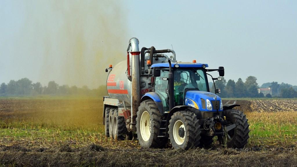 A traktor útjában állt a határkő (fotó: Pixabay)