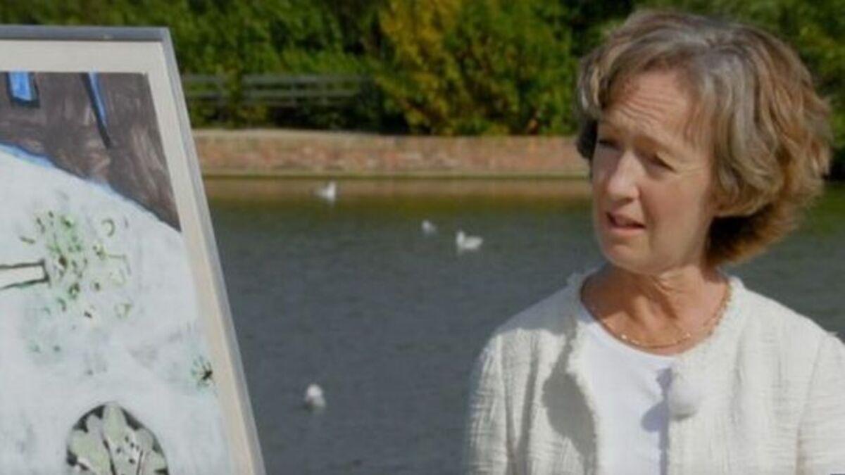 Alexandra Gill hüledezik az eredeti festmény láttán (Fotó: BBC)