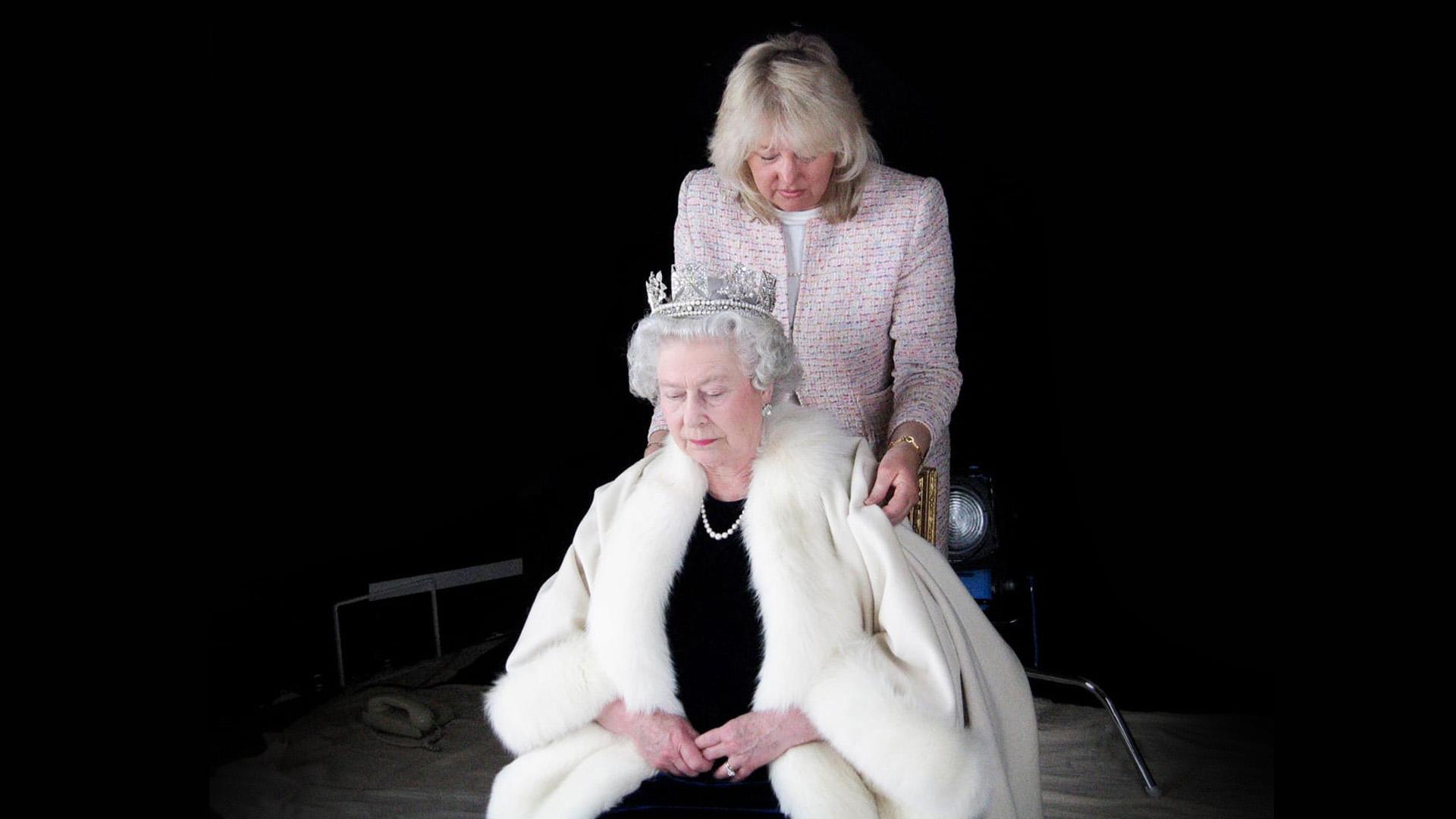 Egy darukezelő iskolázatlan lánya öltözteti II. Erzsébetet