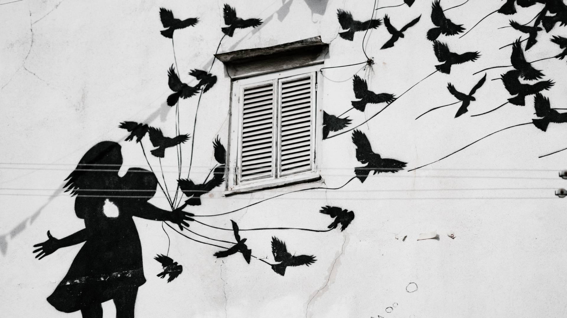 lány madarak grafika házfalon