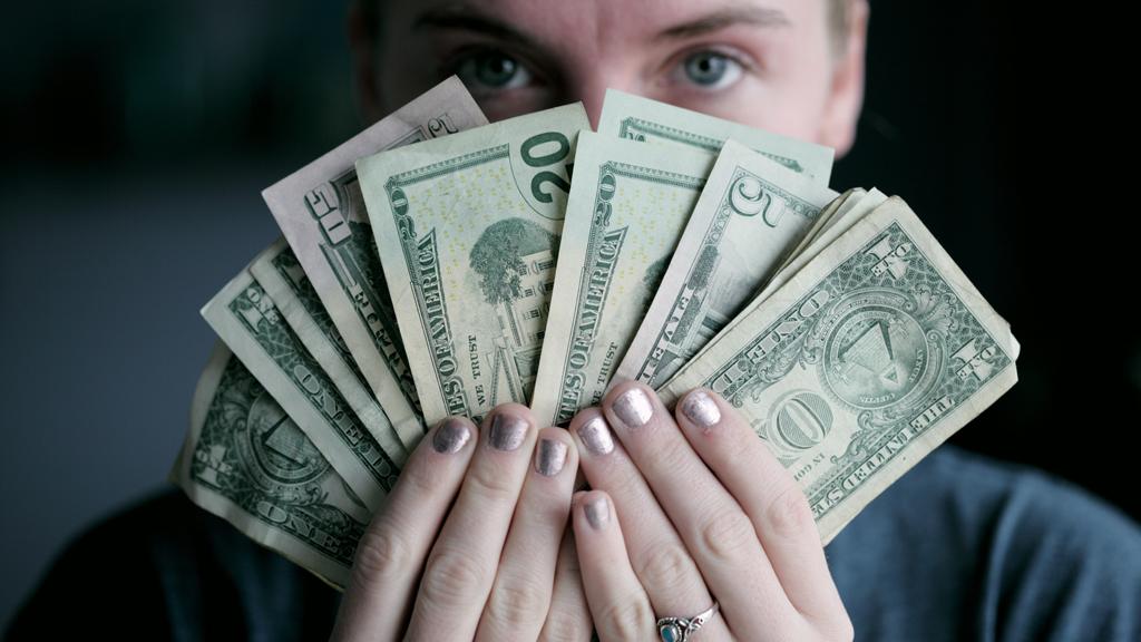 nő egy rakat dollárral
