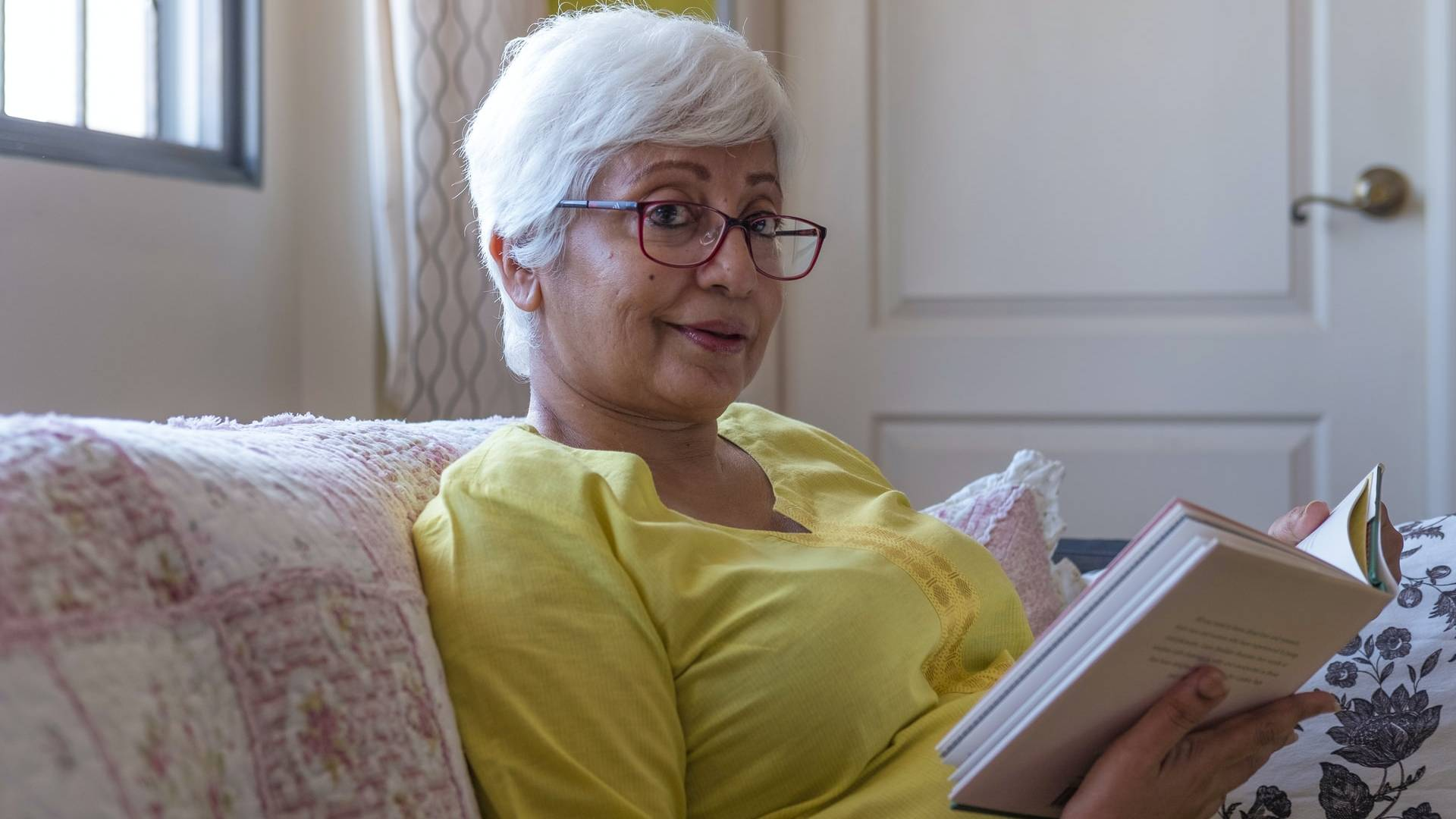 olvasó idős hölgy