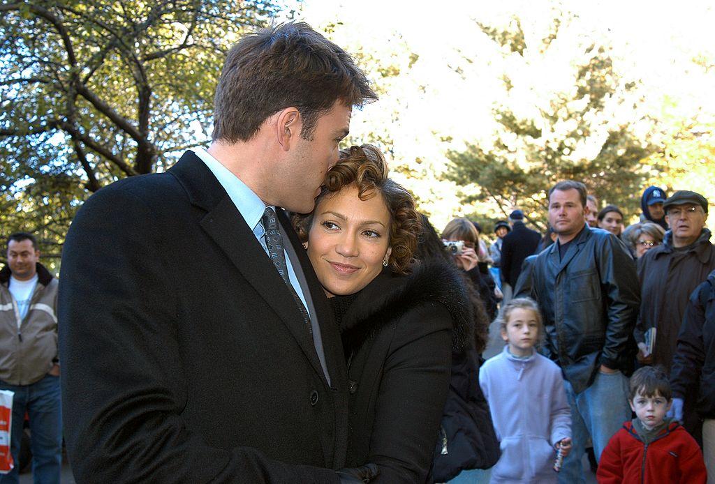 """Ben Affleck és Jennifer Lopez a forgatási szünetben, amikor a """"Jersey Girl"""" filmen dolgoztak"""