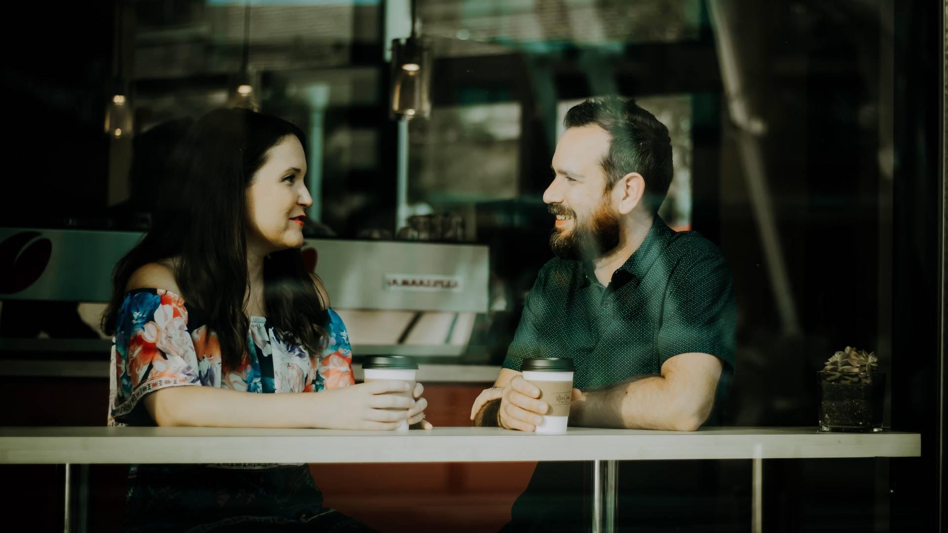 beszélgető pár
