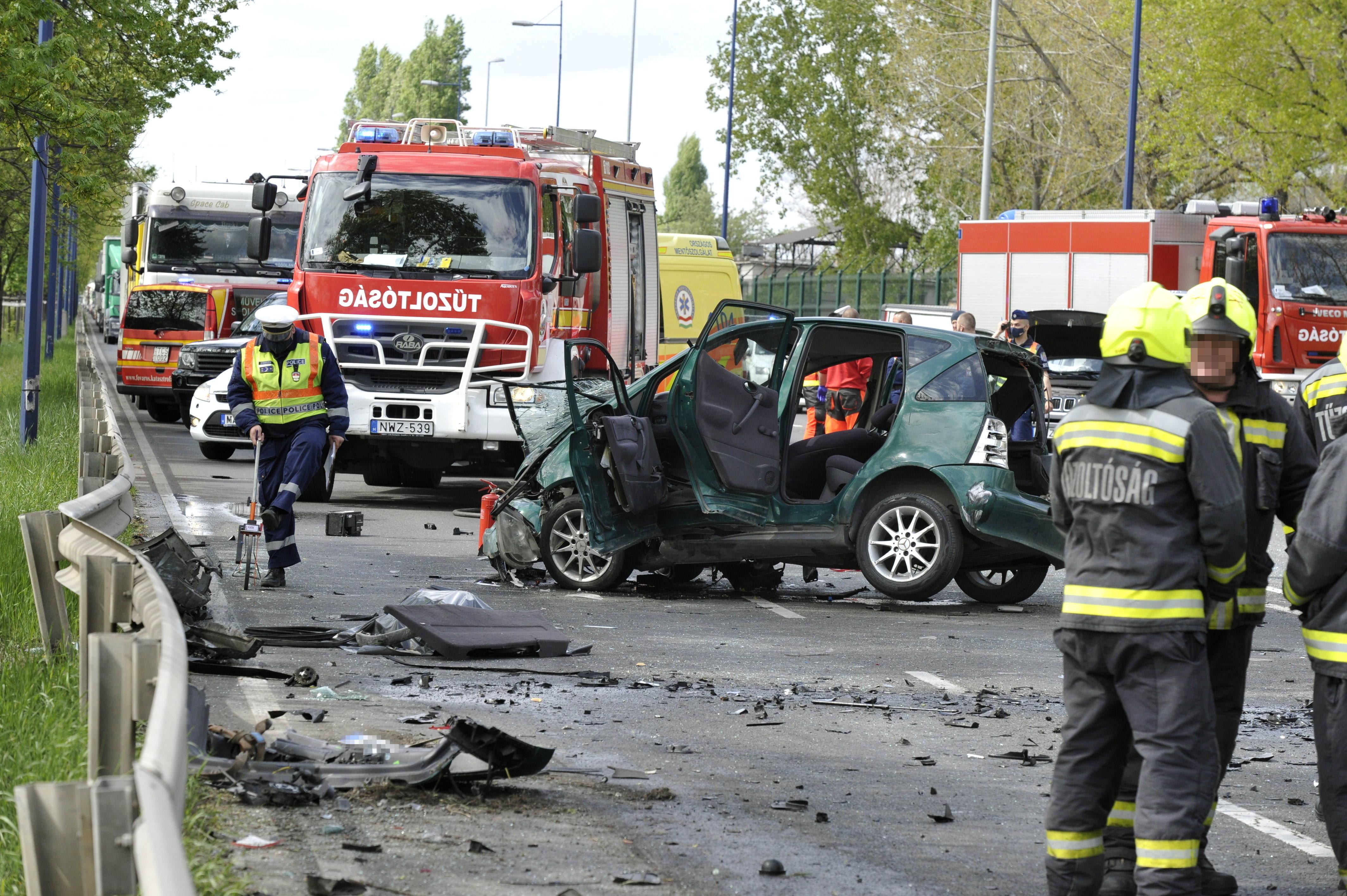 Tűzoltók is segítik a mentést a ferihegyi úti balesetben (fotó:MTI/Mihádák Zoltán)