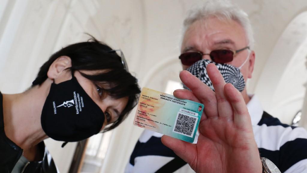 A védettségi igazolvány használat közben (fotó: MTI/Varga György)