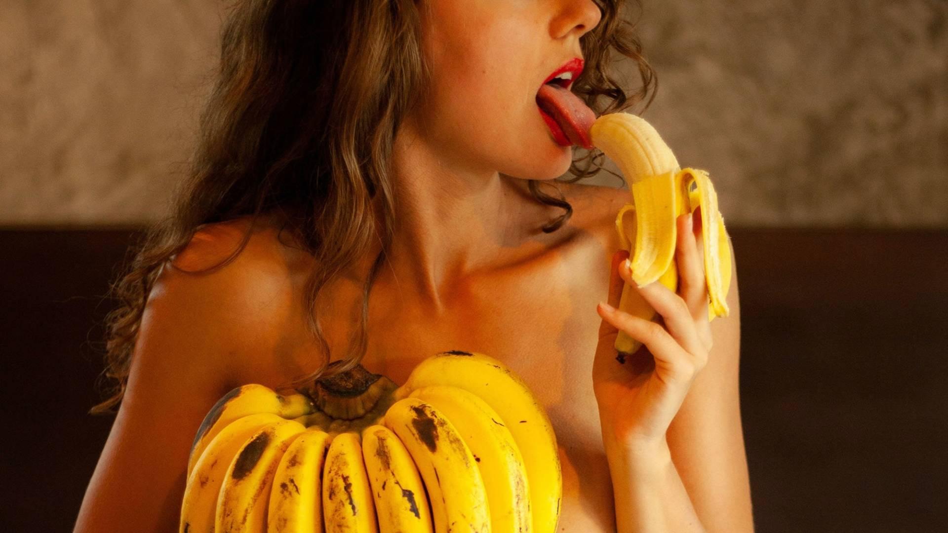 nő szexin banánt eszik